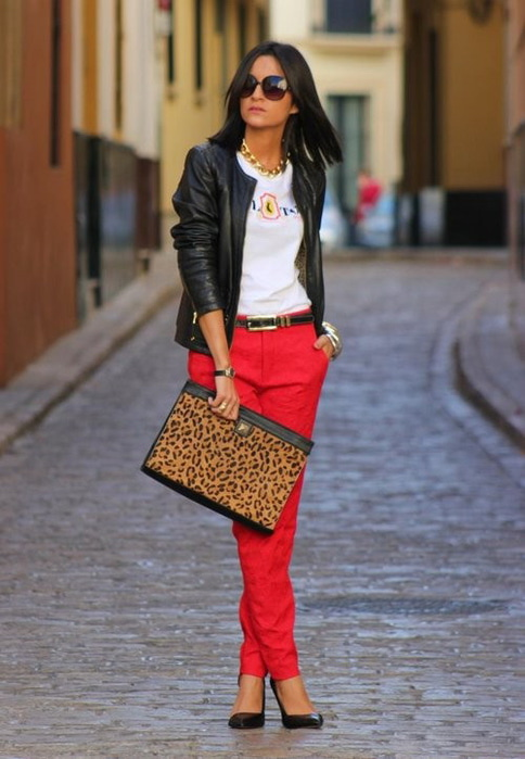 Модные луки с красными брюками